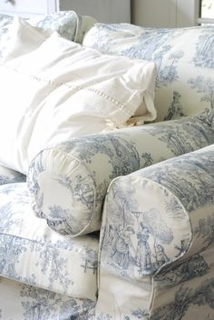 Blue Toile de Jouy sofa - my dream sofa. My dream blue cottage French Country Bedrooms, French Country Style, French Decor, French Country Decorating, White Cottage, Cottage Style, Cozy Cottage, Jeanne D'arc Living, Muebles Shabby Chic