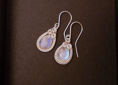 Rainbow moonstone earrings teardrop earrings por AnnaWireJewelry