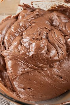 Creamy Chocolate Frosting Recipe - a light and fluffy no cook frosting with only 5 ingredients and done in 15 minutes! (easy biscuits recipe no baking powder) Chocolate Frosting Recipes, Homemade Frosting, Icing Frosting, Homemade Chocolate Icing, Butter Cream Chocolate Frosting, No Butter Frosting Recipe, Chocolate Ganache, Powder Sugar Frosting, Chocolate Roulade