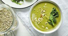 Zielona zupa krem z pieczonym jarmużem i prażonymi pestkami
