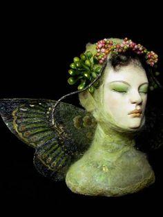 """green moth"" - nenufar blanco; paperclay"