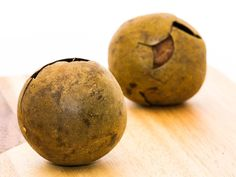 Some of the important health benefits of monk fruit include its ability to treat diabetes, help with weight loss, lower inflammation, and eliminate fever.