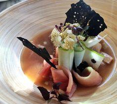 Entrada do restaurante Coretta: peixe espada marinado, couve, cuve flor, maçãs verdes recheada com creme de pepino e bouillon de legumes
