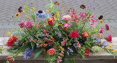 wild rouwstuk met zomerbloemen Wild Flower Arrangements, Funeral Floral Arrangements, Flower Centerpieces, Funeral Sprays, Casket Sprays, Funeral Tributes, Memorial Flowers, Cemetery Flowers, Sympathy Flowers