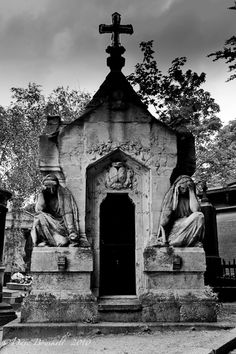 ~A Guardian Tomb At Cimetiere Pere La Chaise in Paris ~*