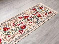 キリム/ガラタバザール - ウズベキスタン刺繍布 スザニ シルクの手刺繍スザニ ウズベキスタン・スザンニ/アンティークリプロランナーベージュ 地にザクロやコスモス