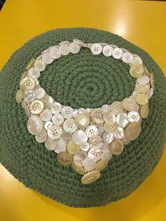 Collana con base crochet e bottoni di madreperla.Da Blitz Argenta su Facebook