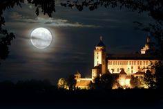 Magische Momente bei einer #Kurzreise in #Bayern. Die Festung Marienberg in #Würzburg im Vollmondlicht.