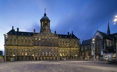 Bron 15: Barok in Amsterdam. Jacob van Campen, Paleis op de Dam  Bouw; 1648-1655 gemaakt in Amsterdam. Op het paleis op de Dam zitten veel timpanen (ronde bogen) en ook is er veel beeldhouwwerk van marmer aanwezig. Het gebouw heeft een hele duidelijke structuur wat typisch Nederlands zou zijn omdat het niet te veel aandacht trekt.