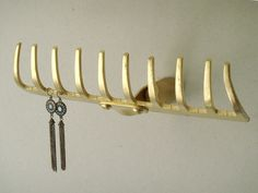 DIY Wandhaken zum Ordnen und Dekorieren Arrange and store with DIY wall hooks from rake Diy Wand, Diy Wall Hooks, Hanger Hooks, Mur Diy, Jewelry Stand, Jewelry Rack, Hanging Jewelry, Jewelry Storage, Jewelry Holder