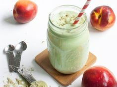 Matcha green tea gives you energy and calms your brain at the same time! Whip up this dreamy creamy protein shake for morning bliss. Protein Milkshake, Protein Shakes, Mason Jar Meals, Meals In A Jar, Kefir Recipes, Jar Recipes, Drink Recipes, Matcha Smoothie, Perfect Peach