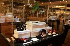 São 92 pares expostos distribuídos em 5 temas: calçados antigos, de desenhos, glamour, famosos e únicos
