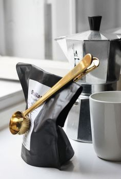 A measuring spoon that will also clip your coffee bag closed