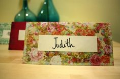 En una boda se pueden personalizar muchas cosas, y seguro que a vuestros invitados les hace mucha ilusión que les dejéis un mensaje sólo para ellos, y escrito de vuestro puño y letra. En este DIY os contamos cómo hacerlo fácilmente.