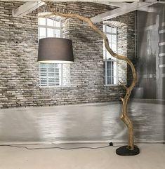 Lampada da terra di vecchio legno di quercia, splendidamente sagomata in questo vecchio ramo arcuato di quercia. La lampada da terra è alta di 240 cm. Questa lampada ad arco speciale ha una larghezza di 150 cm e può essere fatta con diversi paralumi. Il ramo di Oakwood è naturalmente