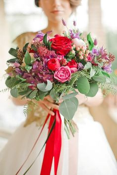 What better way to start the week than with a fresh bouquet of flowers! These fabulous wedding bouquets are truly bringing a bit of color and sunshine to the start of a great week. See below for some stunning color palette idea and beautiful floral arrangements from real brides. You'll love every single bouquet!