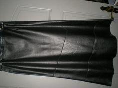 Hallo, ich verkaufe einen schwarzen Lederrock ( Schweinsspaltleder) Gr. 40Der Rock ist leicht ausgestellt und hat eine L�nge von 90 cm  inkl. B�ndchen, das Futter ist aus Polyester und ist 75 cm lang.Der Rock hat im unteren Bereich, wie auf dem Bild erkennbar, attraktive schr�ge Absteppungen.Der Rock wurde nur wenig getragen und ist in gutem Zustand.Ich verkaufe ihn, wegen krankheitsbedingter, starker Gewichtsabnahme.Es handelt sich um einen Privatverkauf, daher keine Garantie, keine…