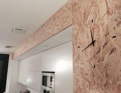 Horloge murale intégrée. Cuisine contemporaine en bois OSB.