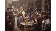 La actividad diaria en una calle de Nápoles, Italia, captada alrededor de 1900…