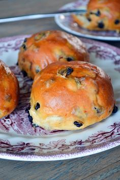 While pretty much the rest of the world was baking Hot Cross Buns today, I applied myself to the task of baking currant buns. They're not really that unlike Hot Cross Buns, just a wee less fa…