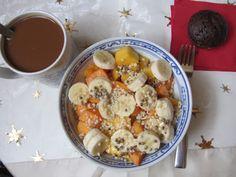 Marys Frühstück wäre ganz nach meinem Geschmack gewesen. Obstsalat aus Mango, Banane und Khaki, garniert mit Mandelsplittern, Hanfsamen und Reissirup, dazu einen Hafermilchkaffee und einen Gewürzmuffin.
