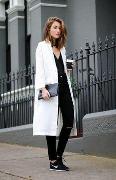 manteau long beige et denim noir pour les filles modernes, sneakers noires tendances de la mode femme