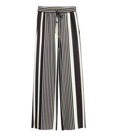 Svart/Vit randig. Ett par vida byxor i vävd kvalitet med tryckt mönster. Byxorna har resår och dragsko i midjan samt sidfickor.