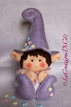 Tante stelle son cadute sul suo piccolo cappello.... Lila Follettina sognatrice è felice,potrà finalmente spargere la sua polvere stell... Diy Christmas Ornaments, Felt Christmas, Felt Ornaments, Christmas Shoebox, Handmade Stuffed Animals, Felt Fairy, How To Make Toys, Clothespin Dolls, Felt Patterns