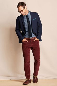 Burgundy trousers with a navy blue jacket | Pantalon burgundy avec une veste bleu marine