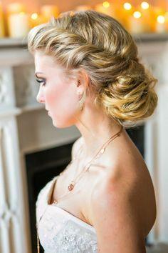 schulterfreies-Kleid-Dutt-hochgesteckte-Haare