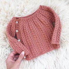 So sweet. The sweetest little wool sweater in Chickadee Clay regrammed from Chri. häkeln , So sweet. The sweetest little wool sweater in Chickadee Clay regrammed from Chri. So süß. Der süßeste kleine Wollpullover in Chickadee Clay von Chri. Cardigan Bebe, Knit Cardigan Pattern, Crochet Baby Cardigan, Knit Baby Sweaters, Wool Sweaters, Crochet Pattern, Free Pattern, Knitting For Kids, Baby Knitting Patterns