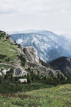 Wandern auf der Rax in Niederösterreich auf VANILLAHOLICA.com . VANILLAHOLICA Guide für Österreich auf VANILLAHOLICA.com Auf der Rex in Niederösterreich zu wandern ist sowohl für Anfänger als auch Profis etwas.Österreich ist ein Paradies für alle Naturliebhaber. Ganz gleich, ob es um die wunderschönen und atemberaubenden Bergkulisse der Alpen geht. Oder ob es sich um die blauen, bis türkisblauen Seen handelt, die im Sommer kühlen. Im Sommer lässt es sich in Österreich perfekt wandern. World Pictures, Mount Rainier, Austria, Wanderlust, Travel Inspiration, Mountains, Awesome, Adventure Travel, Hiking Trails