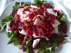 Herbstsalat: mit Feldsalat-Mix, Mozzarella, angebratenen Speckwürfeln, roter Beete und Granatapfelkernen, dazu ein Essig-Öl-Dressing das ich mit dem Granatapfelsaft und dem rote Beete Saft süß-sauer abgeschmeckt habe.