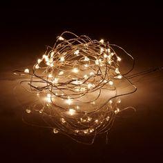 Wenn die Tage trist und grau sind und die Abende viel zu früh beginnen, verbreiten ausgefallene Lichterketten helle Freude. Deshalb hat Butlers eine Auswahl winterlicher Lichterketten für Ihre individuelle Deko- und Stimmungsbeleuchtung zusammengestellt. Sie entscheiden sich für Ihr persönliches Highlight - und genießen das Funkeln und Strahlen. Mit 50 warm-weißen LED Lichtern. Nur für den Gebrauch in Innenräumen. Weitere Varianten erhältlich.