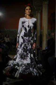Se abre la temporada de moda flamenca 2020: todas las fotos del desfile de Lina 1960 Victorian, Dresses, Fashion, Flamenco Dresses, Pageant Headshots, Seasons, Vestidos, Moda, Fashion Styles