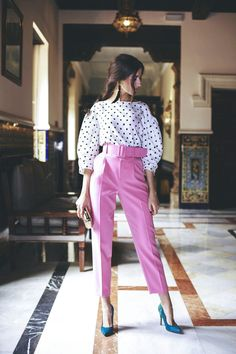 Comment porter le pantalon rose – Sleepy Kate How to wear pink pants in style? Pink pants with polka dot patterns Classy Outfits, Casual Outfits, Fashion Outfits, Fashion Trends, Pink Blazer Outfits, Pink Pants Outfit, Tomboy Outfits, Classy Casual, Emo Outfits