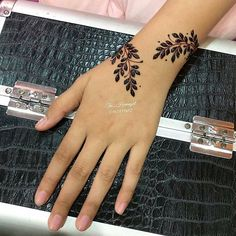 I Webby book henna Modern Henna Designs, Henna Tattoo Designs Simple, Finger Henna Designs, Henna Designs Easy, Mehndi Designs For Fingers, Mehndi Designs For Hands, Designs Mehndi, Very Simple Mehndi Designs, Beautiful Simple Mehndi Design