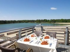 Hotel am Bernsteinsee Sassenburg Hotel am Bernsteinsee is situated in the southern L?neburg Heath, between Wolfsburg and Hanover. Surrounded by nature, the modern 3-star hotel faces the Bernsteinsee lake and a wide sandy beach.