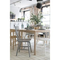 Wood pinnstol från Department. Pinnstolen är en klassiker som aldrig blir omodern. En enke... Dining Chairs, Dining Table, Dining Room, Modern Country, Scandinavian Style, Kitchen Dining, Woods, Sweet Home, New Homes