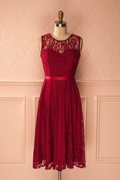 Habillée de ruban et passementerie, elle accueille les chics convives le coeur léger et un sourire agréable aux lèvres.  Light-hearted and dressed with ribbon and lace, she welcomes the elegant guests with a pleasant smile. Varinia Vin - Burgundy lace midi dress www.1861.ca