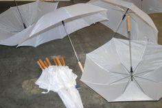 Viele viele weisse Regenschirme