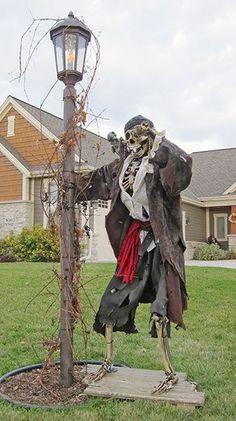 Halloween forum - Keeping the Halloween spirit alive 365 days a year. Discuss decorations, costumes and more! Pirate Halloween Decorations, Pirate Halloween Party, Decoration Pirate, Hallowen Costume, Halloween Displays, Halloween Haunted Houses, Creepy Halloween, Halloween Skeletons, Outdoor Halloween