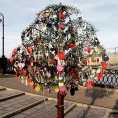 From Moscow with love ❤️ A 15 min walk from Kempinski Hotel our friend and artist Jeannine Platz spotted this lovely love lock tree at Luzhkov bridge. What a cute idea! We love!  #internationalwedding #destinationwedding  #WeddingPlanner #Bride2017 #fine_weddings #luzhkovbridge #Moscow