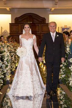 Carolina e Marcelo tiveram um casamento contemporâneo, com assessoria de Miguel Kanashiro e fotos de Cissa Sannomiya. A noiva usou vestido de Lucas Anderi.