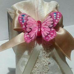 Sacchetto portaconfetti  con farfalla di  tessuto, possibilità anche di farfalla in gesso ceramico