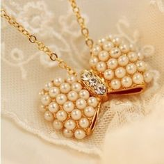 Fashion Rhinestone Imitation-pearls Bow Necklaces for Girls .  Style   :   Trendy Pearl Type:     Simulated-pearl Metals Type:    Other Material:    Metal Gender:    Women Chain Type:    Link Chain Item Type    :    Necklaces