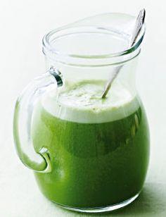 I en juicer får du en tynd, frisk drik, men kommer du det hele i en god kraftig blender, får du en tyk drik a la smoothie. Begge dele smager godt. Både pære og banan giver sødme, så smag godt til med citron. For variation af smagen kan du bruge økologisk hybensaft i stedet for æble