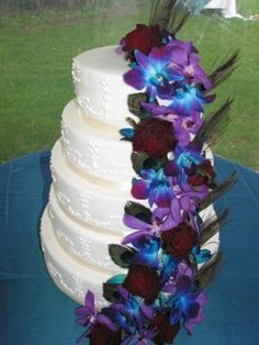 peacock cake - blue and purple orchids with dark red roses (?) But with white roses instead of red Henna Wedding Cake, Peacock Wedding Cake, Floral Wedding Cakes, Wedding Cake Designs, Orchid Wedding Theme, Purple Wedding, Rustic Wedding Photos, Wedding Ideas, Wedding Fun