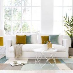 Kalos sofá / ¡Nos rendimos al blanco!  El sofá Kalos en blanco con zócalo es perfecto para crear un entorno luminoso, amplio y relajado, combina la pureza del blanco con textiles de color y consigue un salón único. Puedes personalizar tanto la medida como el acabado para crear tu propio espacio de descanso. ¡Te encantará!  ¡Descubre todas las medidas disponibles! Home Staging, Rustic Charm, Your Space, Small Spaces, Beach House, Sweet Home, Minimalist, Cozy, House Design