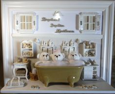 Quadro com ambiente do banho dos gêmeos. Para porta de maternidade e decoração do quarto do bebê. Cores e estampas que você pode escolher. Miniaturas em resina, recortadas a laser, espelho, banheira em porcelana branca, colorida ou decorada a mão e iluminação.  PRODUTO ARTESANAL SUJEITO À ALTERAÇÕES